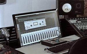 Ein Computer Monitor in einem Sessiondesk Trapez